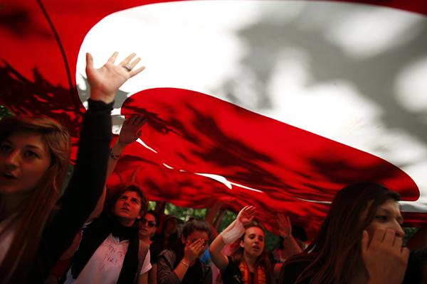 Ragazze turche protestano contro Erdogan