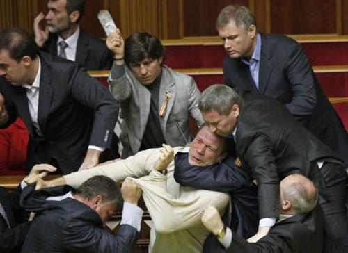 Scontri al parlamento ucraino