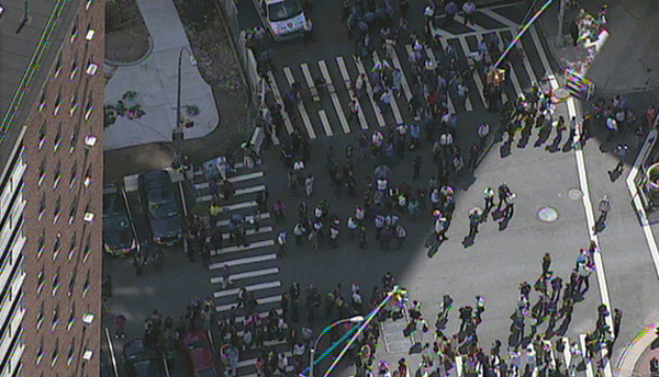 Gente in strada a New York dopo il terremoto