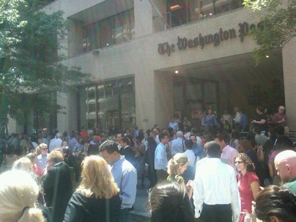 Dipendenti del Washington Post in strada dopo il terremoto