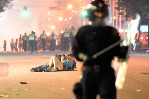 Brett Jones e Alexandra Thomas si baciano a Vancouver