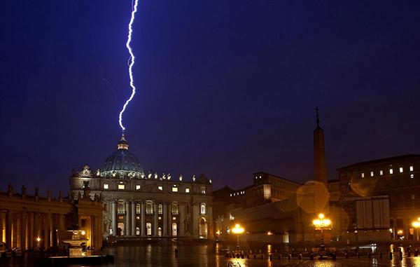 Un fulmine colpisce San Pietro