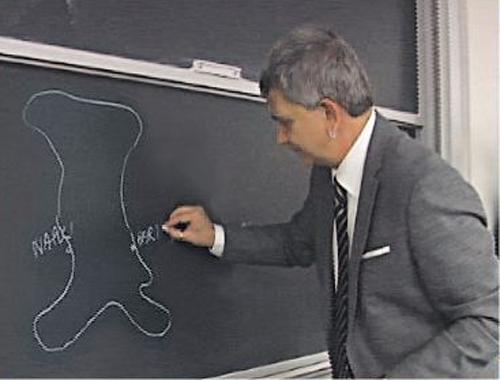 Vendola segna una una cartina dell'Italia Bari in una posizione sbagliata