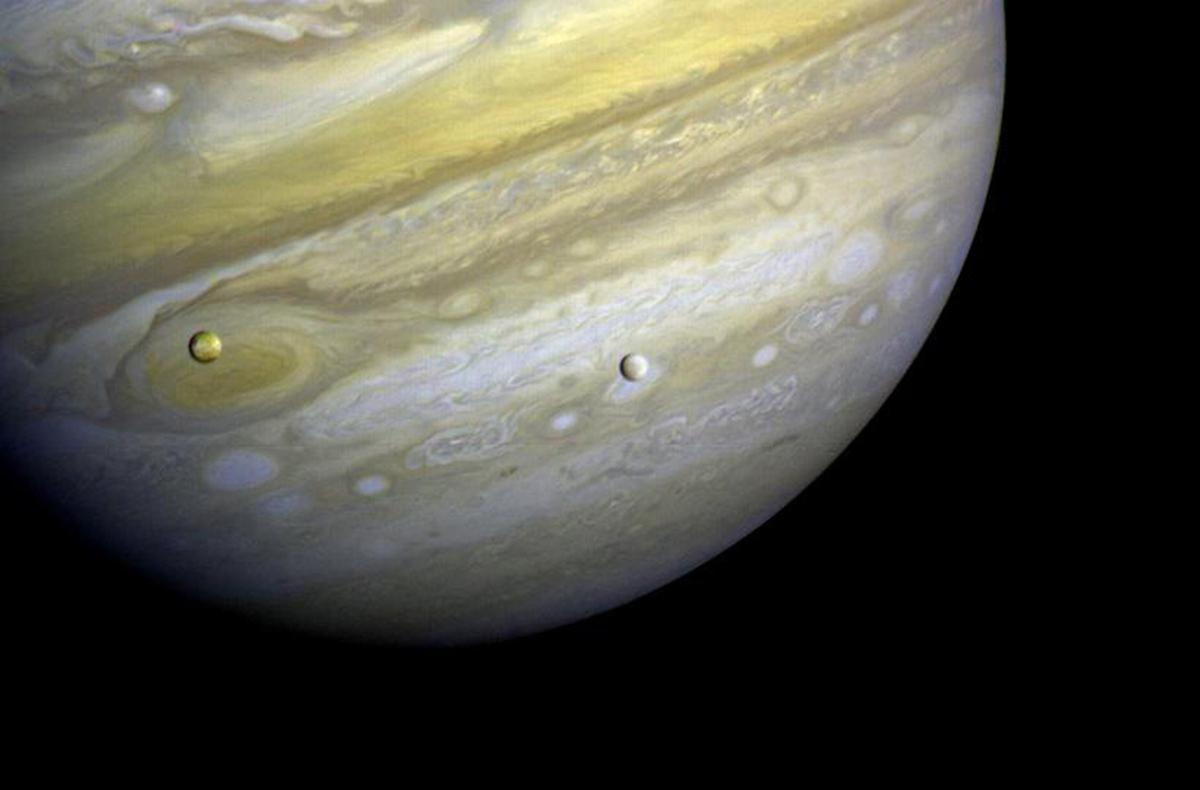 Giove, Io ed Europa ripresi dalla Voyager 1