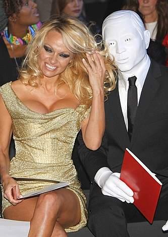 Pamela Anderson e l'uomo mascherato