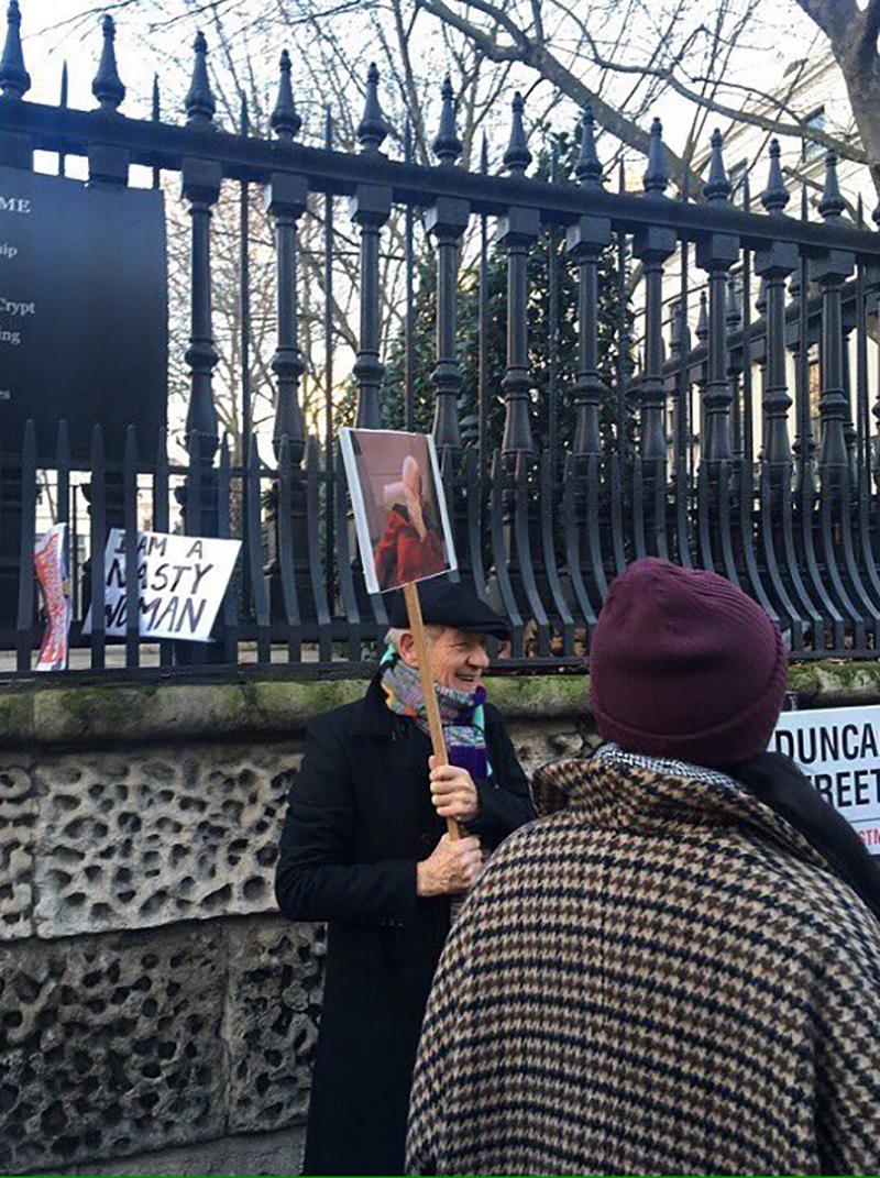 Ian McKellen con un cartello con il Picard facepalm