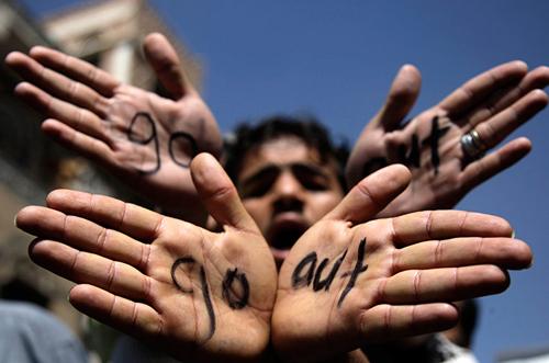 Manifestanti yemeniti mostrano le mani con la scritta 'go out' rivolta al governo' /></p> <p>Centinaia di arresti ad Algeri durante un'imponente manifestazione per chiedere <a href=